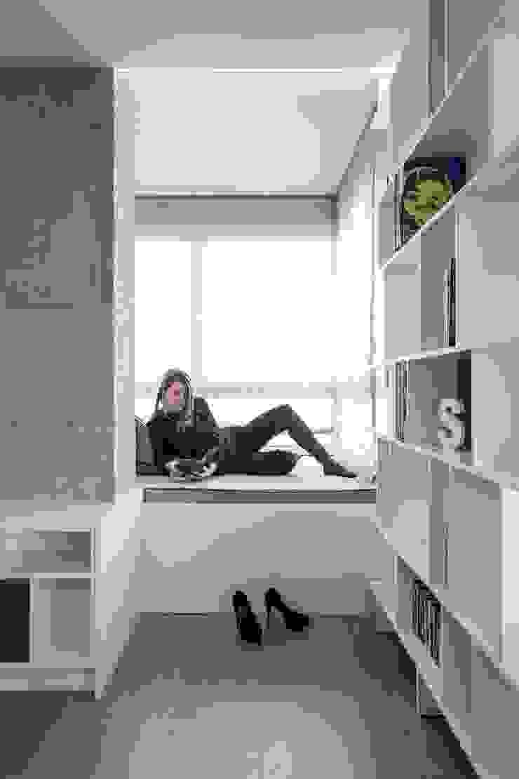 Rincón del sabio LLIBERÓS SALVADOR Arquitectos Salones de estilo minimalista