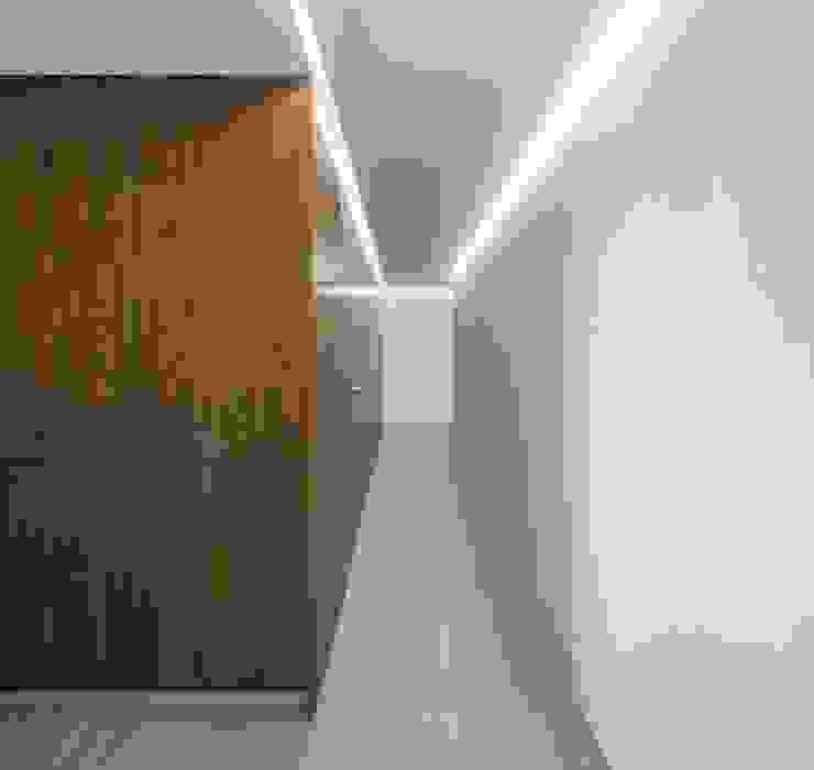 Distribuidor LLIBERÓS SALVADOR Arquitectos Pasillos, vestíbulos y escaleras de estilo minimalista