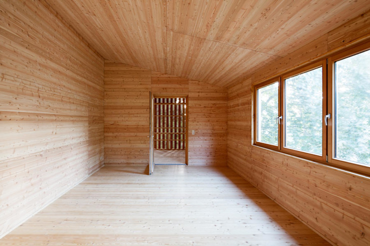 鄉村風格的走廊,走廊和樓梯 根據 tillschweizer.co 田園風