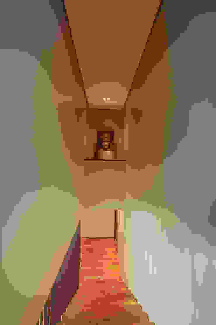 Escada Corredores, halls e escadas modernos por WTstudio Moderno