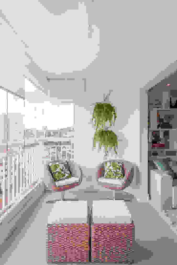 APARTAMENTO Varandas, alpendres e terraços minimalistas por MARCY RICCIARDI ARQUITETURA & INTERIORES Minimalista