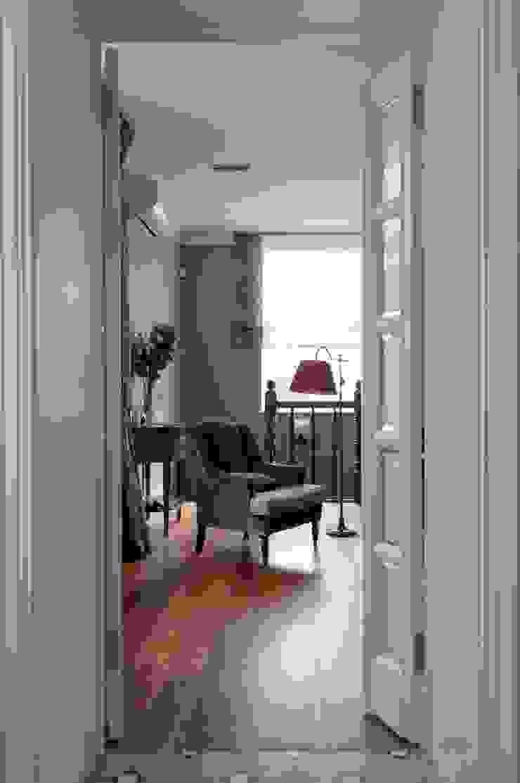 Квартира в сиреневых тонах Гостиная в классическом стиле от ANIMA Классический