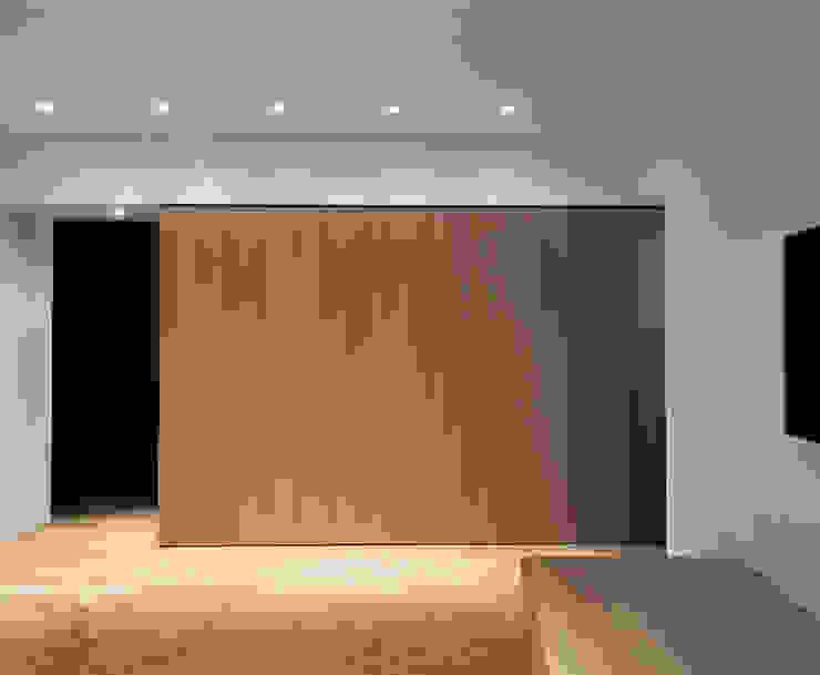 Casa RC Soggiorno minimalista di (dp)ªSTUDIO Minimalista