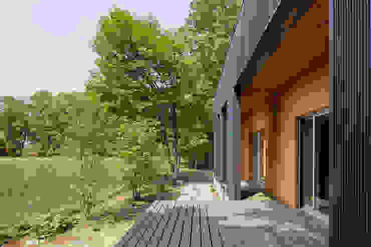 屋外テラス Balcon, Veranda & Terrasse modernes par 久保田章敬建築研究所 Moderne