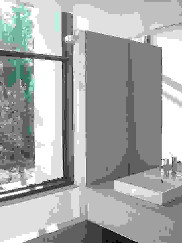 Casa I Casas de banho modernas por A. BURMESTER ARQUITECTOS Moderno