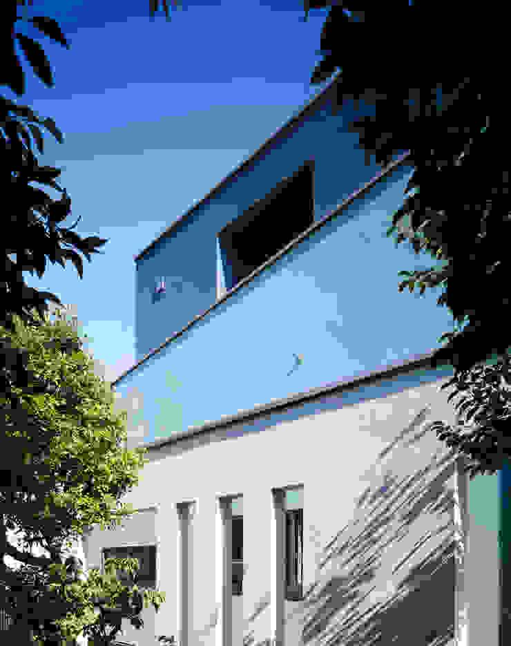 外観 三重の壁 モダンな 家 の 久保田章敬建築研究所 モダン