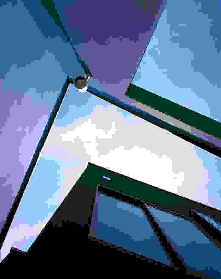 壁の間から見る空 モダンな 家 の 久保田章敬建築研究所 モダン