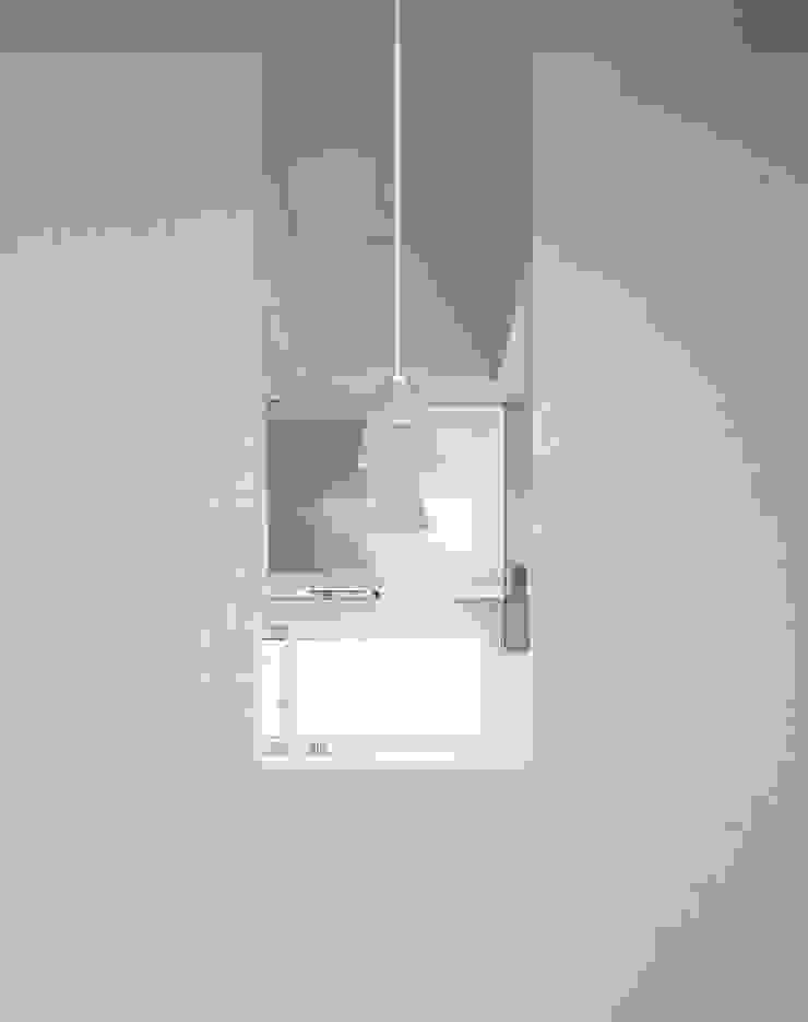 ダイニングからキッチンを見る壁面開口 モダンな キッチン の 久保田章敬建築研究所 モダン