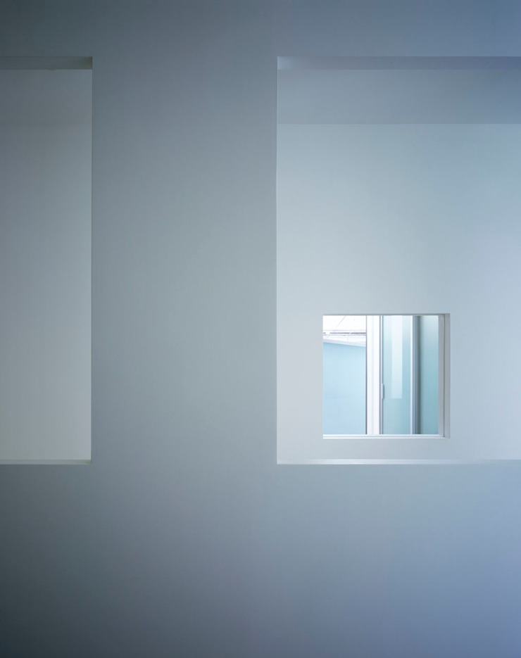 廊下から見る子供部屋とテラスの壁面開口 モダンデザインの 子供部屋 の 久保田章敬建築研究所 モダン