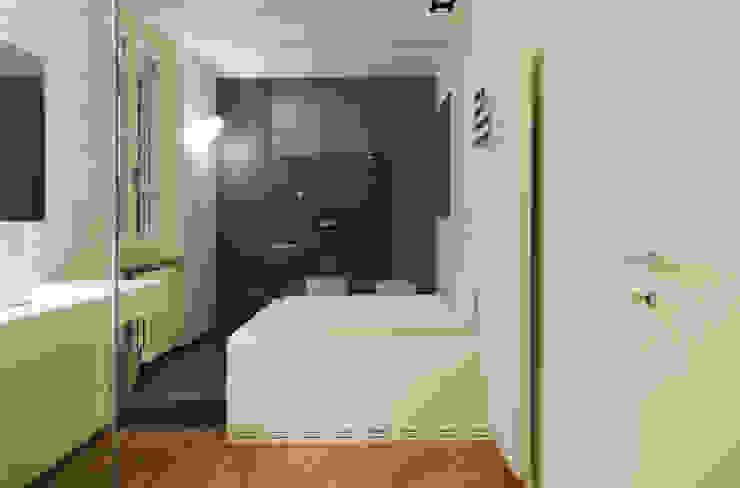 Badezimmer von luogo comune, Minimalistisch