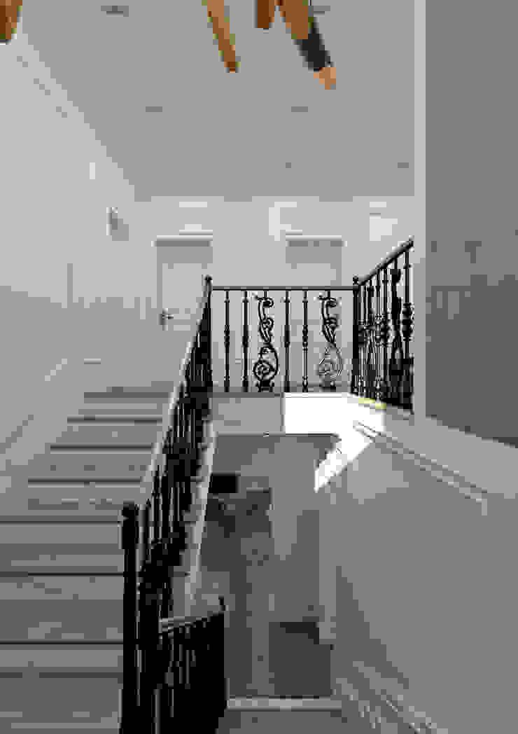 Yellow Accents Stair Коридор, прихожая и лестница в эклектичном стиле от Студия Антона Сухарева 'SUKHAREVDESIGN' Эклектичный