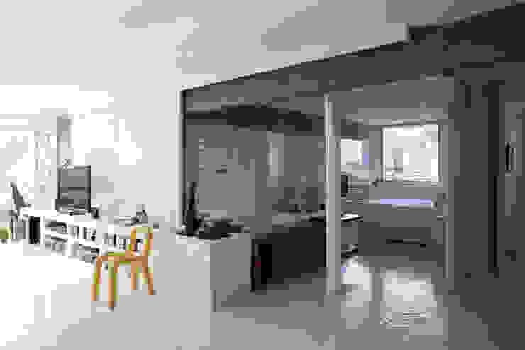 apto oscar freire Salas de estar minimalistas por kikacamasmie + arq Minimalista