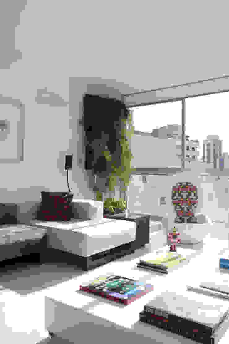 apto oscar freire Jardins minimalistas por kikacamasmie + arq Minimalista
