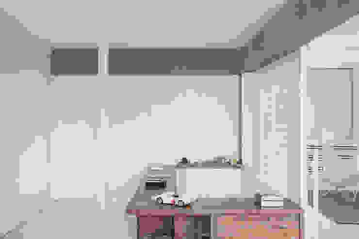apto oscar freire Banheiros minimalistas por kikacamasmie + arq Minimalista