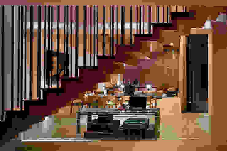 Escaleras con sala de fondo Pasillos, vestíbulos y escaleras modernos de C Cúbica Arquitectos Moderno