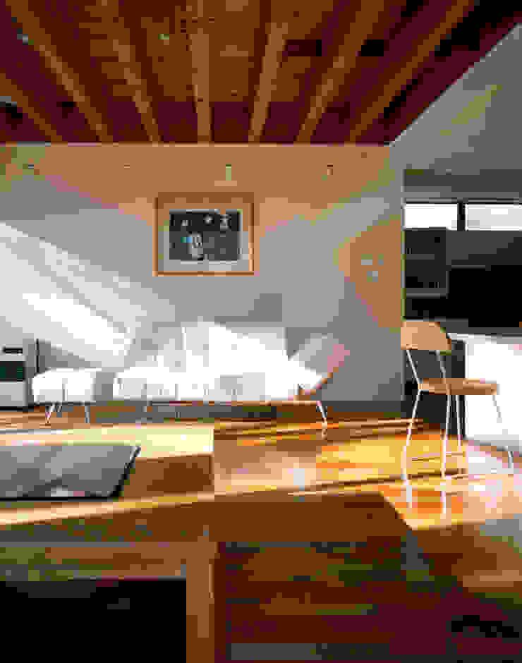 自然光が注ぐリビング モダンデザインの リビング の 久保田章敬建築研究所 モダン