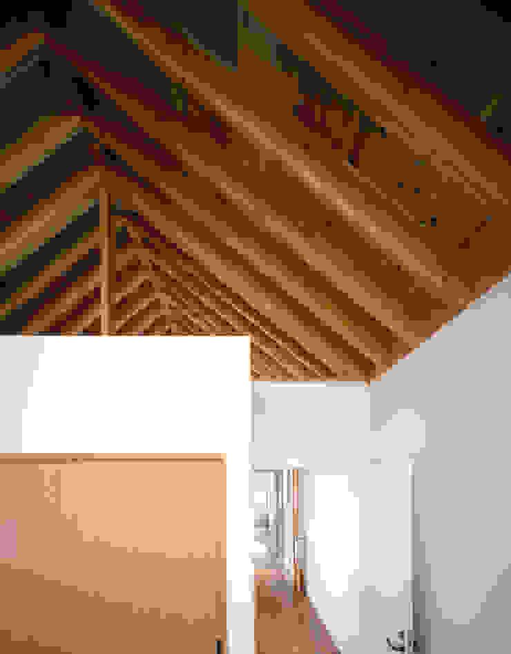 天井の木組が繋がる寝室と階段室 モダンスタイルの寝室 の 久保田章敬建築研究所 モダン