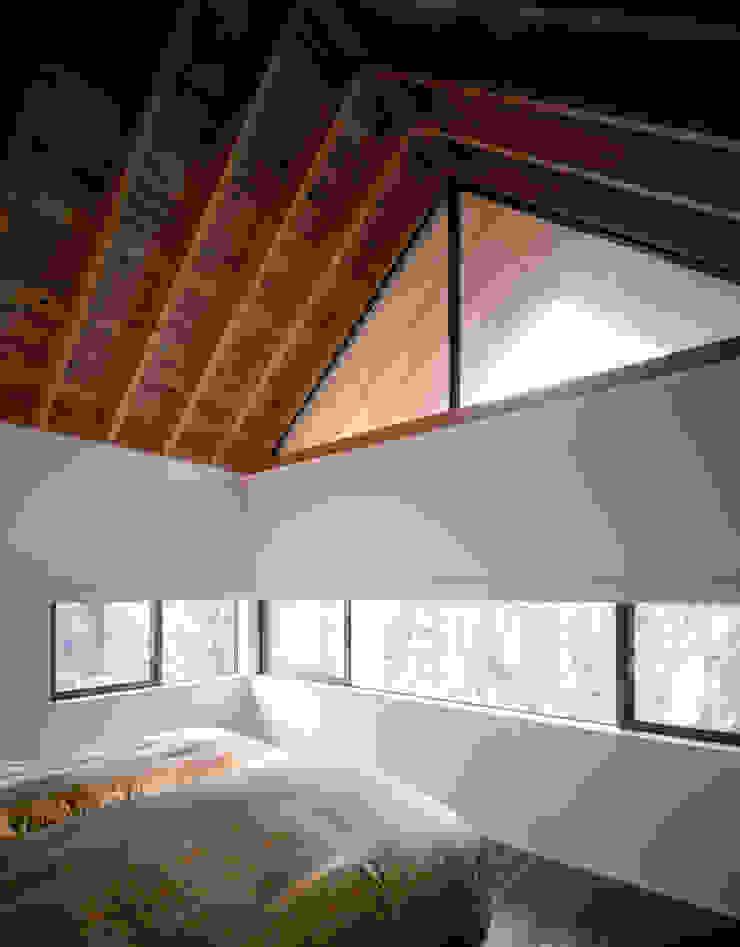 主寝室 モダンスタイルの寝室 の 久保田章敬建築研究所 モダン