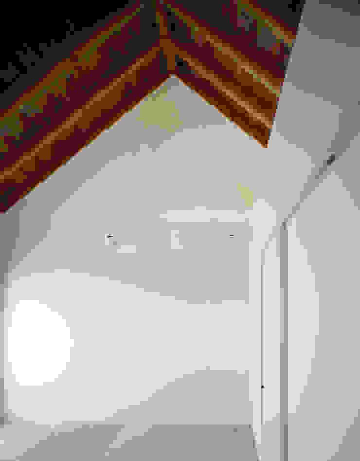 白壁と無垢材のシンプルな個室 モダンスタイルの寝室 の 久保田章敬建築研究所 モダン