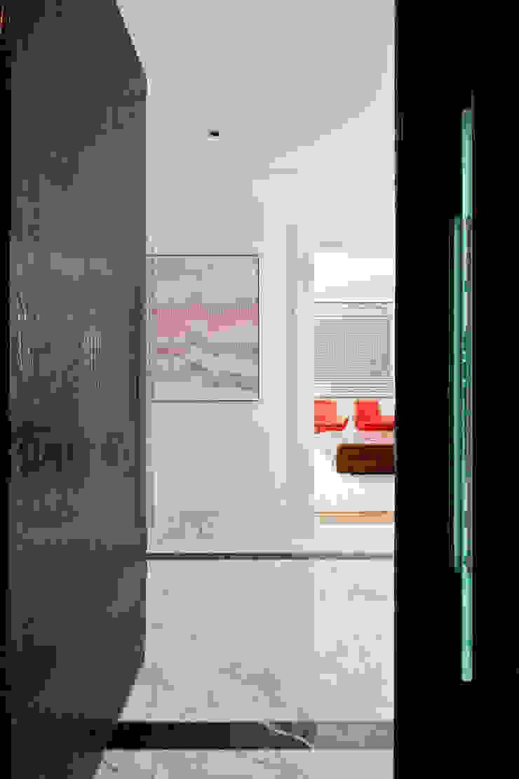 VNC APARTAMENTO Corredores, halls e escadas modernos por Noura van Dijk Interior Design Moderno