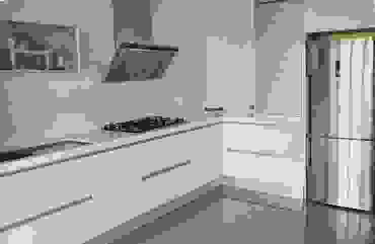 Cocina en acabado estratificado blanco brillo con sistema gola Cocinas de estilo minimalista de Cocinasconestilo.net Minimalista