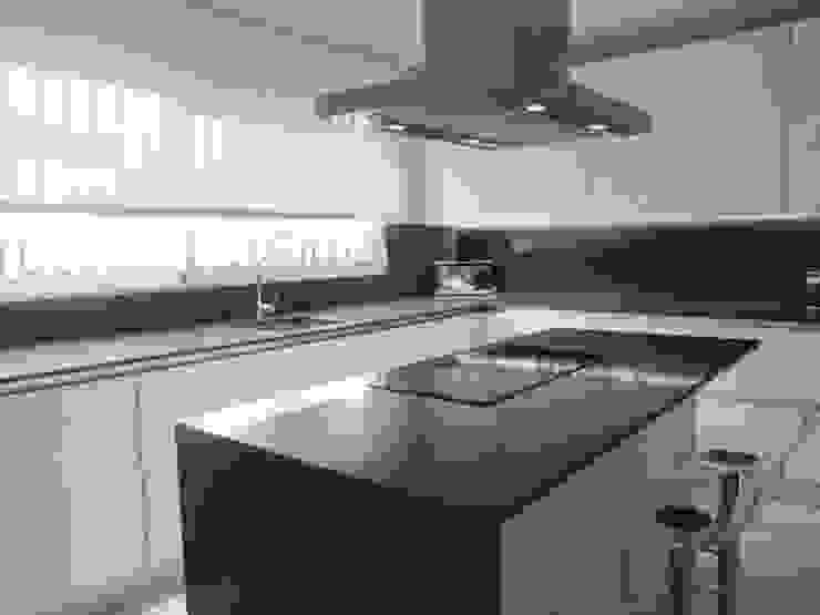 Cocina en acabado estratificado blanco mate con sistema gola Cocinas de estilo minimalista de Cocinasconestilo.net Minimalista