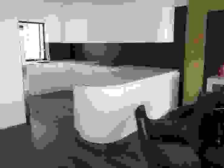 Cocina de formas curvas en acabado lacado alto brillo con sistema gola Cocinas de estilo minimalista de Cocinasconestilo.net Minimalista