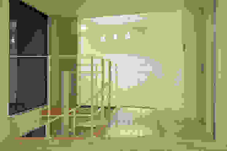 Paredes y pisos modernos de ディアーキテクト設計事務所 Moderno