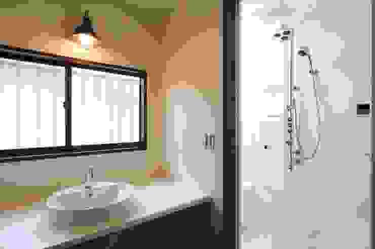 洗面所&シャワー室 モダンスタイルの お風呂 の 株式会社伏見屋一級建築士事務所 モダン