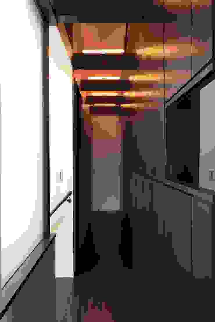 廊下 モダンスタイルの 玄関&廊下&階段 の 株式会社伏見屋一級建築士事務所 モダン