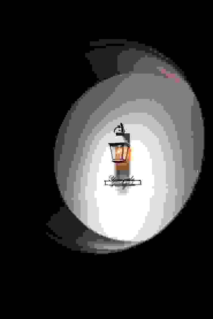 建具の小窓から階段室を覗く モダンスタイルの 玄関&廊下&階段 の 株式会社伏見屋一級建築士事務所 モダン
