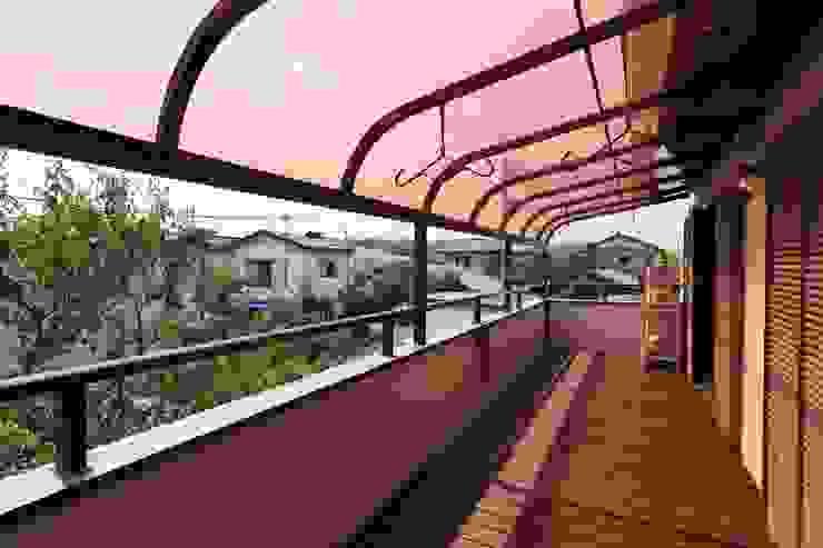 2階テラス モダンデザインの テラス の 株式会社伏見屋一級建築士事務所 モダン