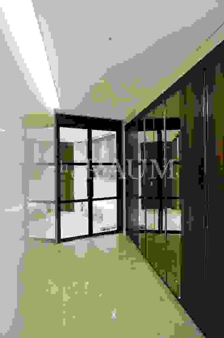 Modern corridor, hallway & stairs by (주)이지테크(EASYTECH Inc.) Modern