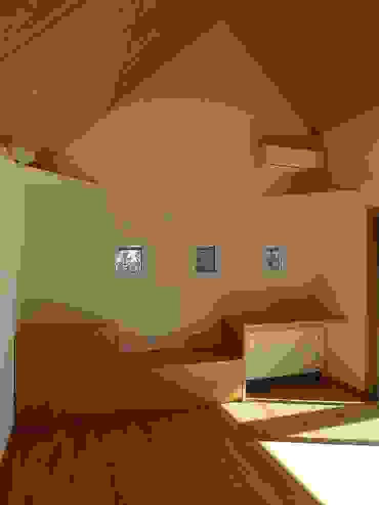 居間東 クラシックデザインの リビング の 桑原建築設計室 クラシック