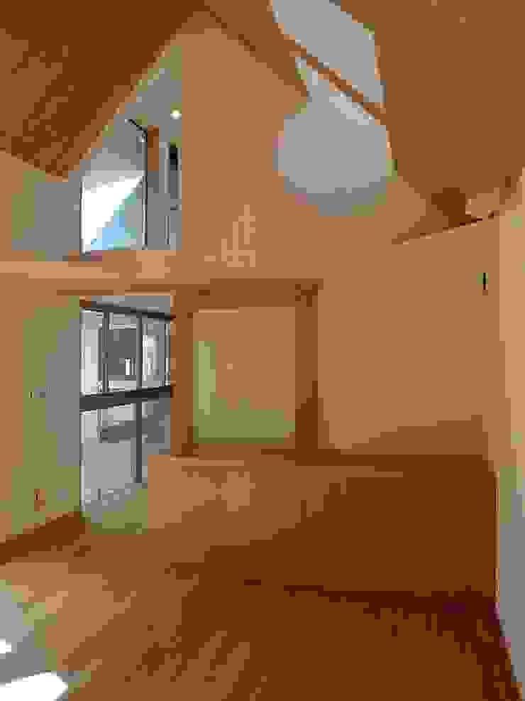 居間北 クラシックデザインの リビング の 桑原建築設計室 クラシック