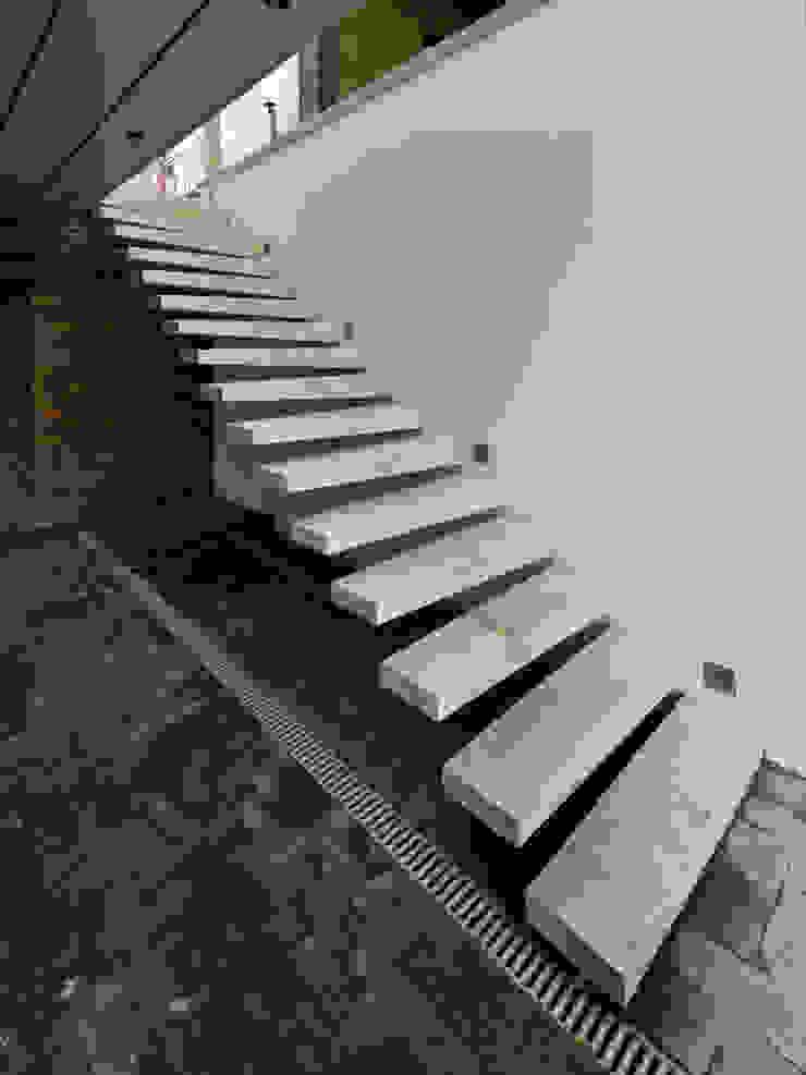 Z house 2 Коридор, прихожая и лестница в эклектичном стиле от Didenkül+Partners Эклектичный