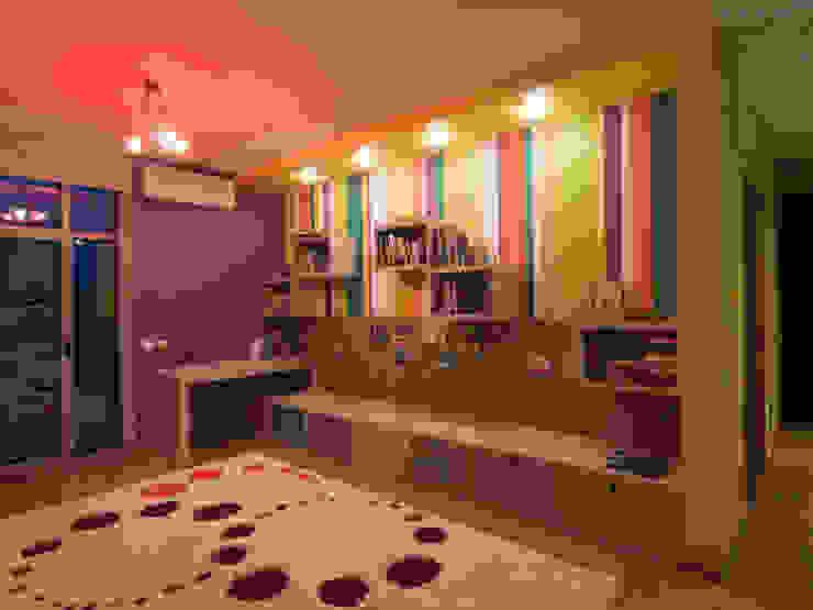 Stanza dei bambini minimalista di Didenkül+Partners Minimalista