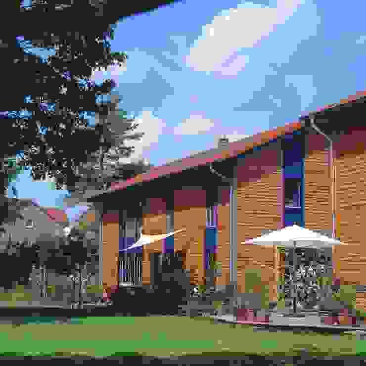 Casas de estilo escandinavo de Haacke Haus GmbH Co. KG Escandinavo
