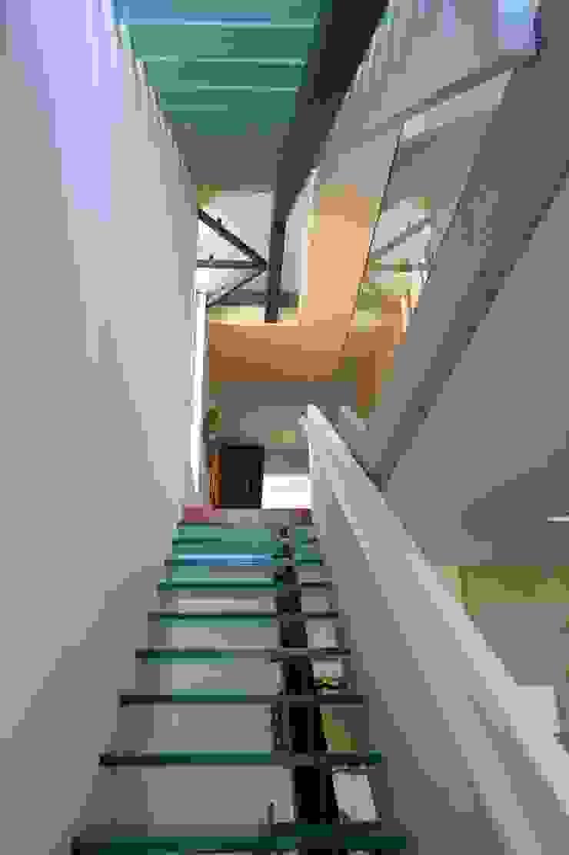 Casa III Corredores, halls e escadas modernos por A. BURMESTER ARQUITECTOS Moderno