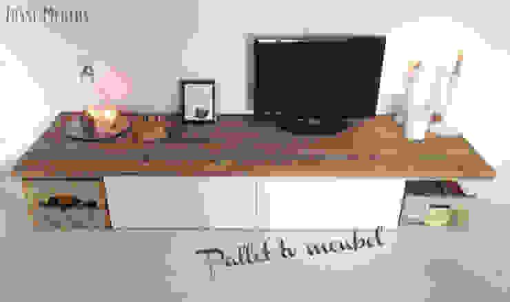 TV meubel van pallets:  Woonkamer door Jussi Megens (Online) Media