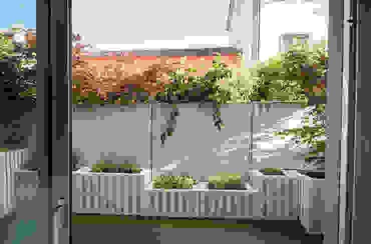 exTerra | consulenze ambientali e design nel verde Balcones y terrazas de estilo rústico Madera Blanco