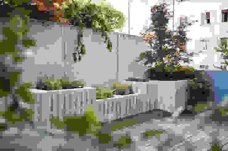 Pallet terrace exTerra   consulenze ambientali e design nel verde Balcone, Veranda & Terrazza in stile rustico Legno Bianco