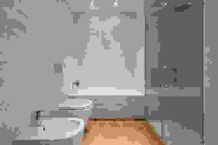 Baños modernos de LLIBERÓS SALVADOR Arquitectos Moderno