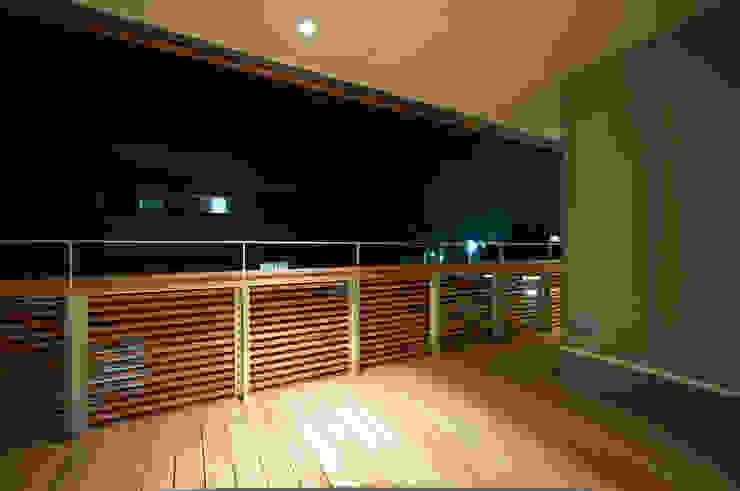 バルコニー夜景 モダンデザインの テラス の 家山真建築研究室 Makoto Ieyama Architect Office モダン