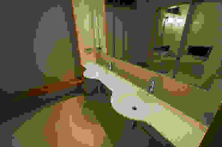 洗面所 モダンスタイルの お風呂 の 家山真建築研究室 Makoto Ieyama Architect Office モダン