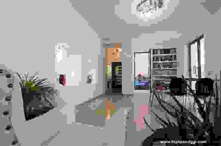Open space Soggiorno in stile mediterraneo di Bianca Coggi Architetto Mediterraneo