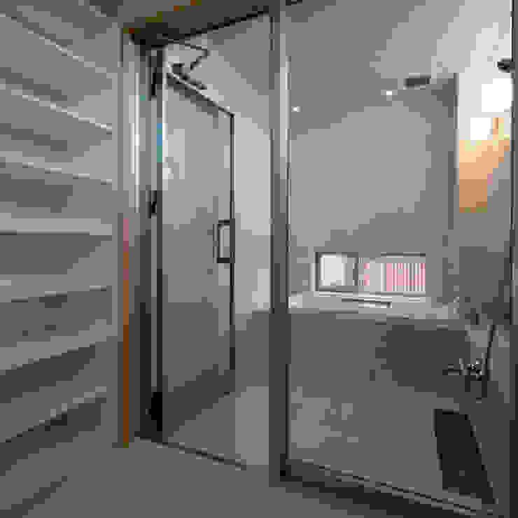 浴室 モダンスタイルの お風呂 の 家山真建築研究室 Makoto Ieyama Architect Office モダン