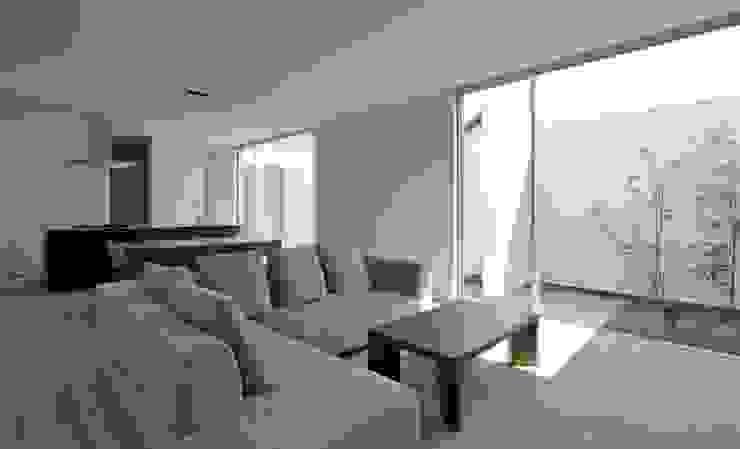 3×10 Court house LDK: e do design 一級建築士事務所が手掛けたリビングです。,モダン
