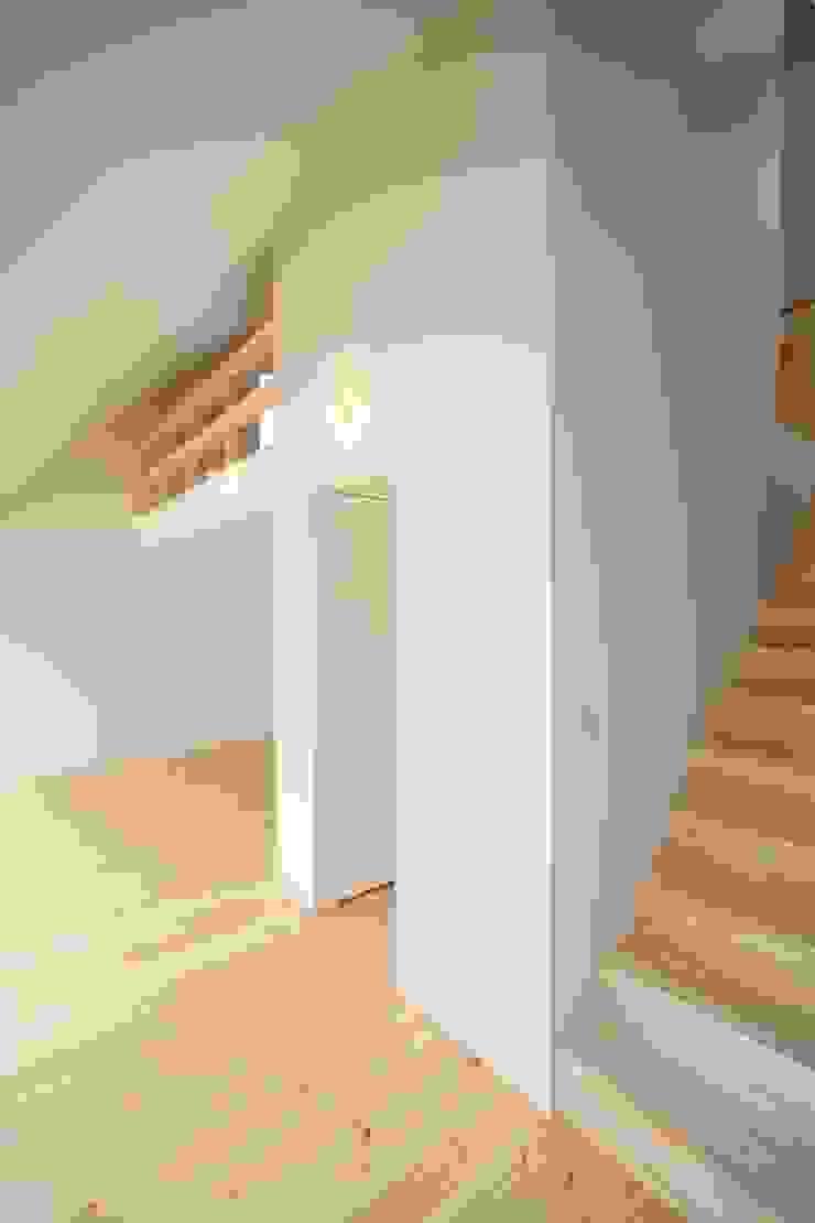 Pasillos, vestíbulos y escaleras de estilo minimalista de 星設計室 Minimalista