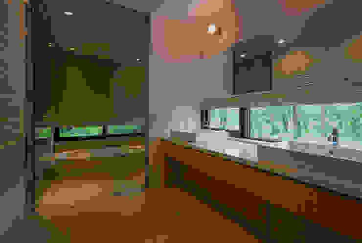 斜面を受け止める家: 株式会社sum designが手掛けた浴室です。,モダン